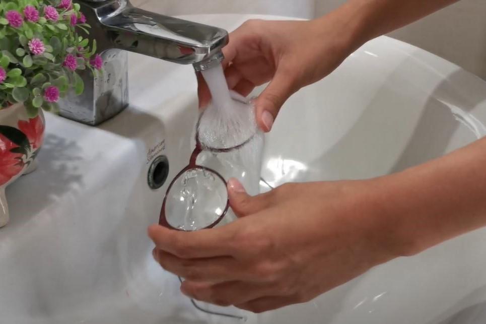 เทคนิคล้างแว่นตาให้กลับมาเหมือนใหม่อีกครั้ง